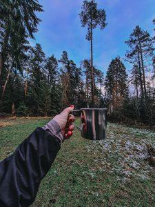 Teetassenromantik im Wald Alleine Wandern
